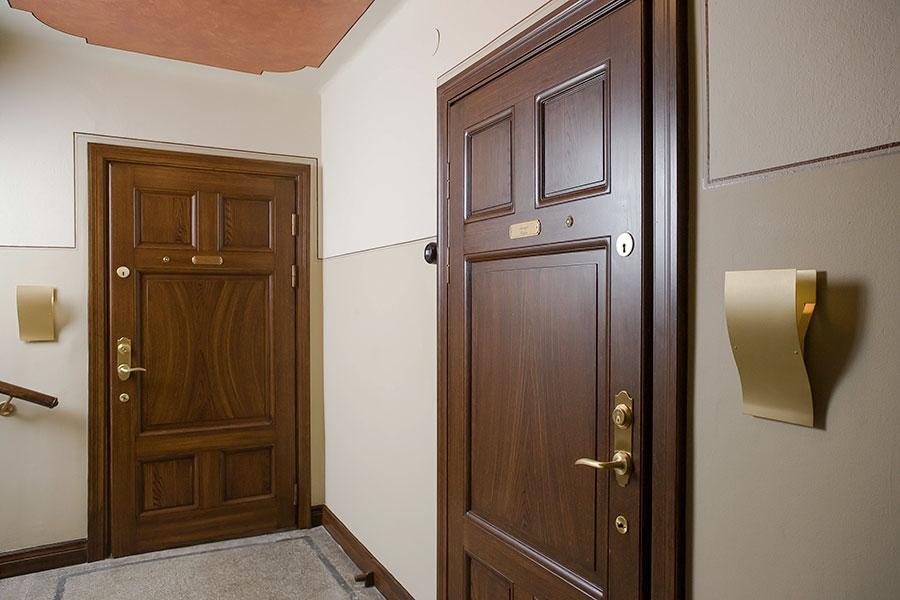 Säkerhetsdörr i äldre stil till lägenhet