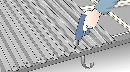Mot takfot och gavlar sätts skruven tätare