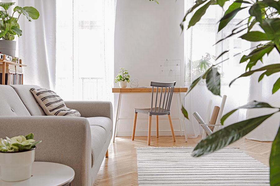betsade stolsben på grå stol och skrivbord