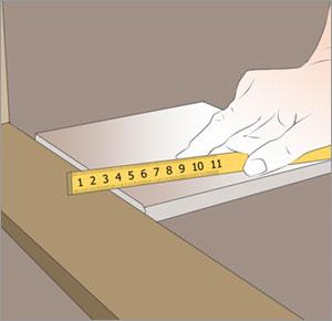 kontrollerar höjden så att klinkerplattan ej är högre än tröskeln