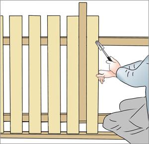 listen sitter kvar vid montering av spjälor på staketet