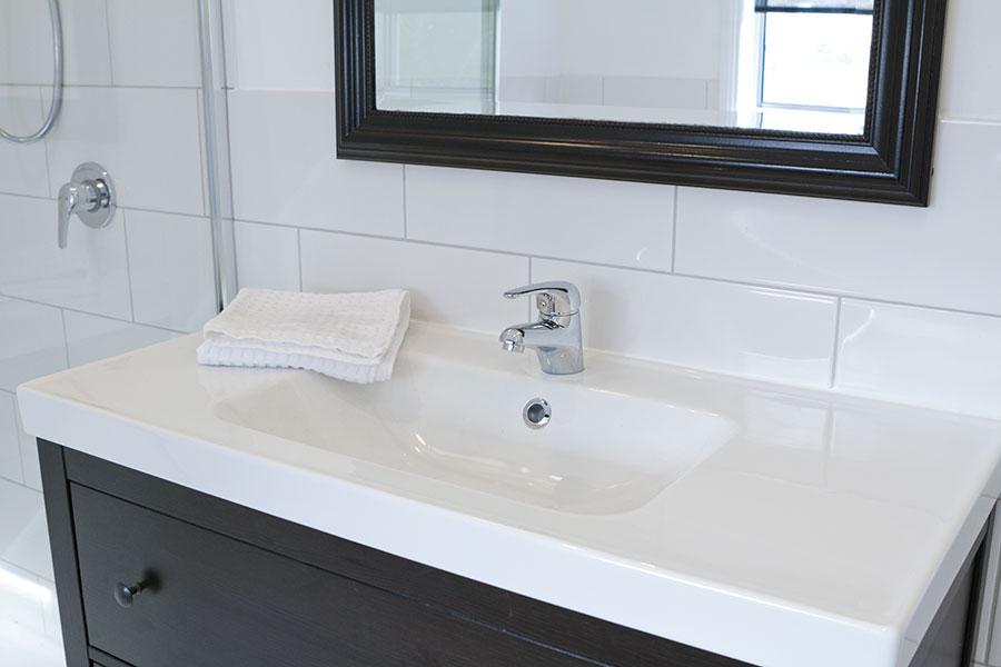 Nedsänkt tvättställ i kommod med bräddavlopp