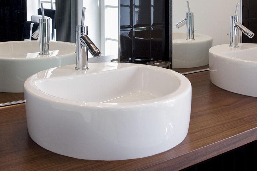 runda handfat och tvättställ i badrum