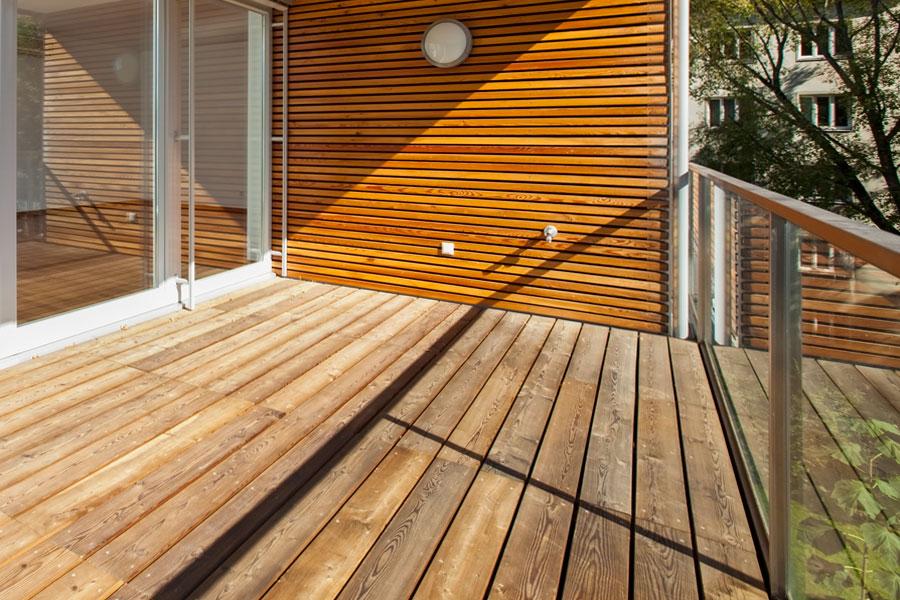 altangolv i trä på balkong