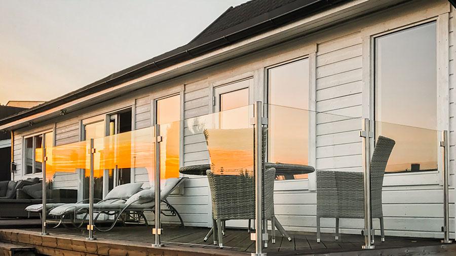 Glasräcke på altan utomhus utan överliggare