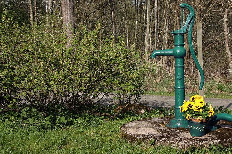 gravd-brunn-med-vattenpump.jpg