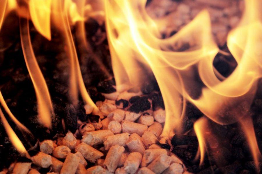 pellets-som-brinner-i-pelletspanna.jpg