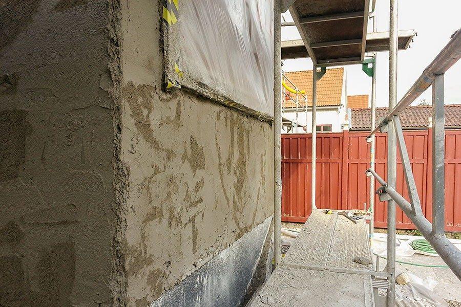 putsa vägg utomhus